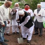 اوسلو(عامر بٹ)مسلم کمیونٹی دنیا بھر میں جہاں بھی آباد ہے سب سے پہلے وہ مساجد کی تعمیر کو اہمیت دیتے ہیں تاکہ اللہ اور اسکے رسول ﷺ کے دین کو عام کیا جا سکے۔ اوسلو کے مضافاتی علاقے درامن میں بھی مسلمان کمیونٹی اور بالخصوص پاکستانی کمیونٹی 70 کی دہائی میں مقیم ہونا شروع ہوئی ، کمیونٹی کے مقیم ہونے کے ساتھ ہی پاکستانی مسلمانوں نے مسجد کی جگہ کے حصول اور اسکی تعمیر کے لیے تگ و دو کرنا شروع کر دی۔ آخر کار30سال کی جہدو جہد کے بعد بلاآخر مسلمانوں کومسجد کو تعمیر کرنے کی اجازت ملی۔ تعمیر کے پہلے مرحلے میں 12 ملین کراﺅن خرچ کیے جا چکے ہیں ، جبکہ دوسرے مرحلے پر تقریباََ 9 ملین کراﺅنزکے اخراجات آئیںگے۔ دوسرا مرحلہ اگست سے شروع ہو کر جنوری میں ختم ہو گا۔ دوسرے مرحلے کی افتتاحی تقریب میں اوسلو اور گردنواح سے بڑی تعداد میں علمائے کرام اور اہل اسلام نے شرکت کی اور اس کار خیر میں شامل ہونے کی اپیل بھی کی۔