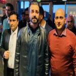 اوسلو(عقیل قادر) ناروے میں سماجی تنظیم ''سکون''کے زیر اہتمام ایک چیرٹی ڈنر کا اہتمام کیا گیا جس میںگردو نواح سے سیاسی و سماجی شخصیات کے علاوہ بڑی تعداد میں خواتین و حضرات نے شرکت کی۔تقریب کا آغاز حافظ محمد اسلم حق نے تلاوت قرآن پاک سے کیا۔ تقریب کے مہمان خصوصی معروف اداکار حمزہ علی عباسی اور چیئرمین اخوت یونیورسٹی ڈاکٹر امجد ثاقب تھے جبکہ تقریب کی صدارت سکون کے چیئرمین شاہد جمیل نے کی۔ تقریب میںسفیر پاکستان ظہیر پرویز خان، سویڈین سے سبرینہ خان، پروفیسر تھُورَن سجاداورسیاسی رہنما ناصر احمد نے خصوصی شرکت کی۔ ظہیر پرویز خان نے خطاب کرتے ہوئے کہا کہ سکون فلاح انسانیت کے لیے عظیم خدمات سرانجام دے رہی ہے اور انسانیت کی خدمت سے بہتر اور کوئی کام ہو نہیں سکتا۔ شاہد جمیل نے خطاب کرتے ہوئے کہا کہ سکون نے گذشتہ کئی سالوں سے معذور افراد کے لیے وہیل چیئرز کے ذریعے مدد کی ہے اور اس سال سے ان کی تنظیم معذور افراد کے لیے روزگار سکیم شروع کرنے جا رہی ہے تاکہ معاشرہ انکو نظر انداز نہ کرے اور انکی معذوری کے سبب دوسرے انسانوں سے کمتر نہ سمجھے، بلکہ ان کے لیے روزگار کے مواقع فراہم کیے جائیں تاکہ وہ بھی معاشرے کا حصہ بن کر ایک مثبت کردار ادا کر سکیں۔ حمزہ علی عباسی نے سکون کی ٹیم کو خوبصورت ایونٹ آرگنائز کرنے پر مبارکباد پیش کی اور کہا کہ یہ خوش آئند بات ہے کہ سکون کو سپورٹ کرنے کے لیے چیئرمین اخوت یونیورسٹی ڈاکٹر امجد ثاقب بھی موجود ہیں اور دونوں مل کر فلاح انسانیت کے لیے کام کر رہے ہیں۔ ڈاکٹر امجد ثاقب نے خطاب کرتے ہوئے کہا کہ اخوت پاکستان میں اب تک 23 لاکھ گھرانوں میں 53 ارب روپے سے زائد رقم خرچ کر چکی ہے